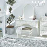 白い家具の部屋写真