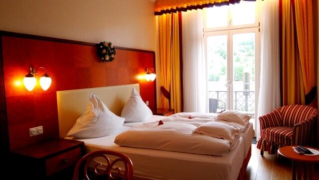 ホテルのツインベッド