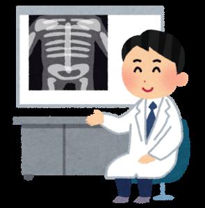 X線写真の前のドクター