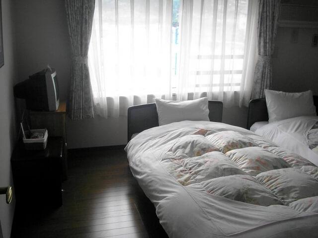 ベッドのそばの窓