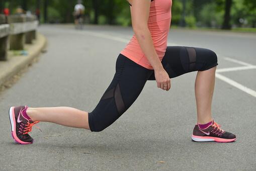 屈伸運動をする女性