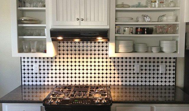 キッチンのワンポイントにアクセントクロスを用いた例