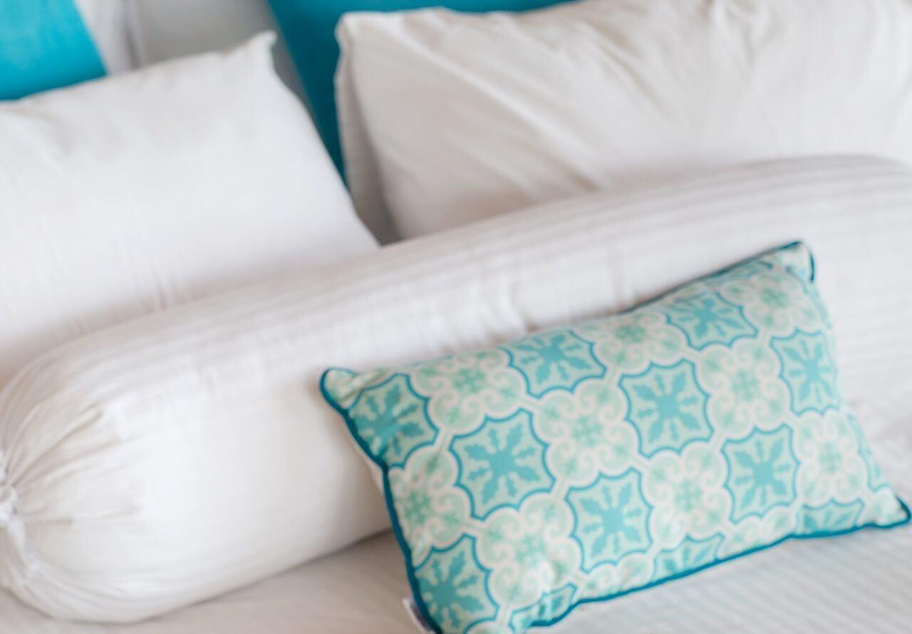 ベッドの上のクッション