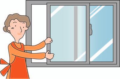 窓を開ける主婦