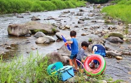 川辺で遊ぶ子供たち