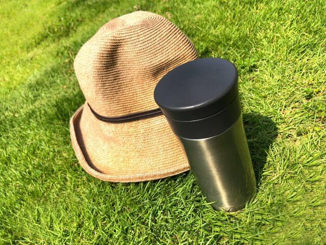 水筒と麦藁帽子