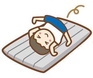 布団の上で運動する子供