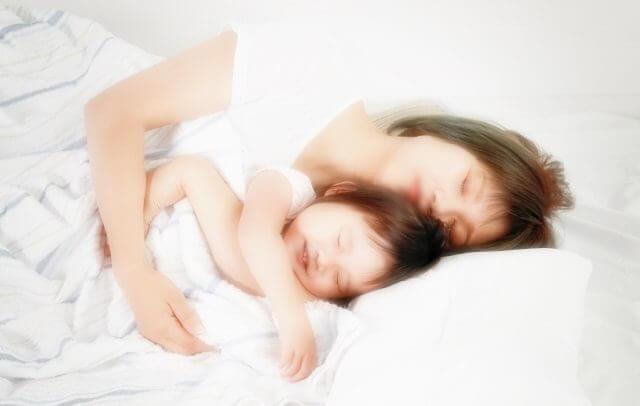ベッドで寝る親子