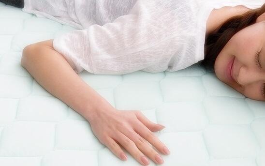 冷感寝具に寝そべる女性