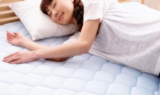 冷感寝具に横になる女性