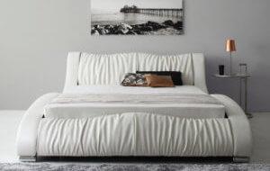 ゴージャスな白いクイーンベッド