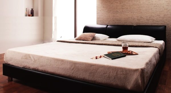 幅の広いベッド レザー仕様