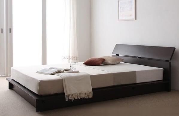 朝の日差しが差し込む寝室