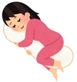 抱き枕を抱えて寝る女性