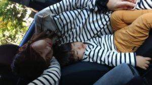 社中で寝る家族
